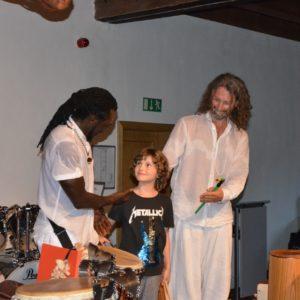 Hudební večer s bubny Miloše Vacíka a Papis Nyasse a sochami od Marka Cinka